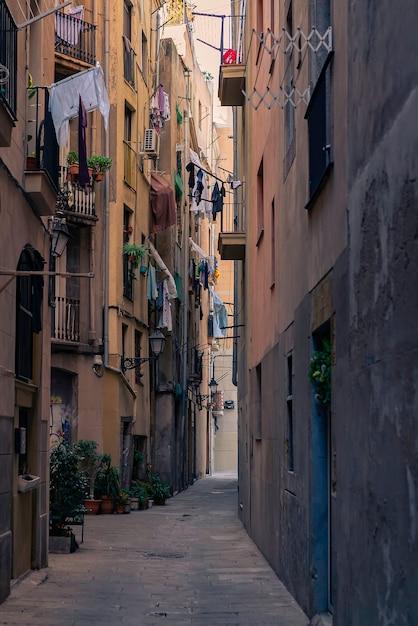 Старая узкая улица в готическом квартале. барселона, испания. испанский элегантный старый город городской переулок. Бесплатные Фотографии