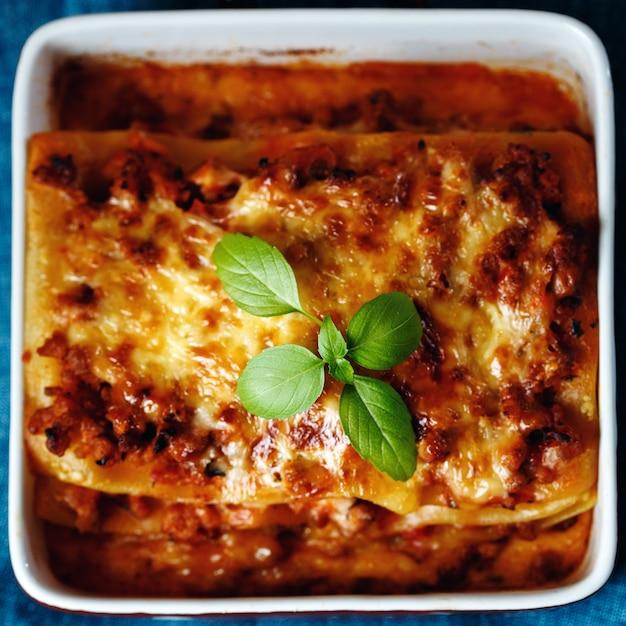 イタリア料理のスタイル。ラザニアプレート。 Premium写真