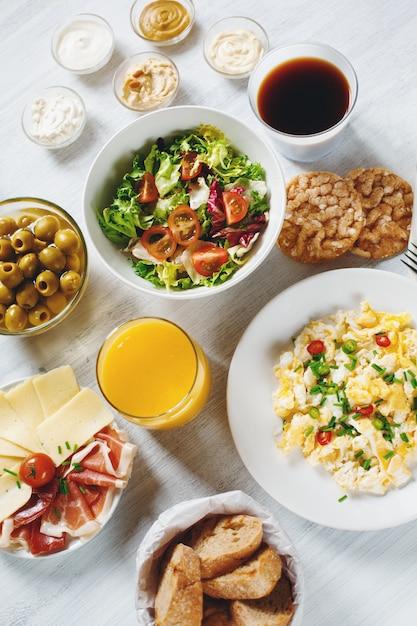 コンチネンタルブレックファースト。健康的なさまざまな食品。 Premium写真