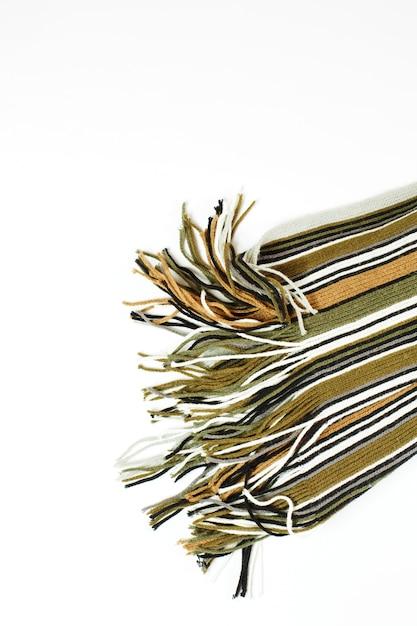 Шерстяной полосатый шарф на белом Premium Фотографии