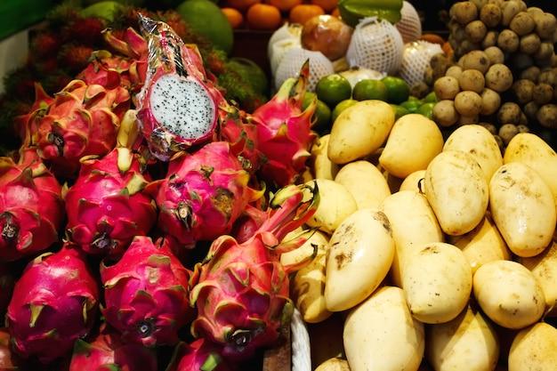 タイの果物市場、マンゴー、ドラゴンフルーツ Premium写真