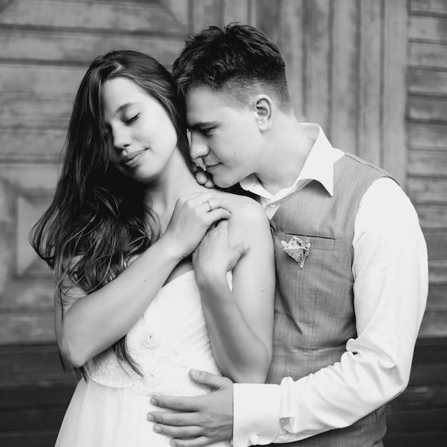 楽しんで幸せな新婚カップル Premium写真