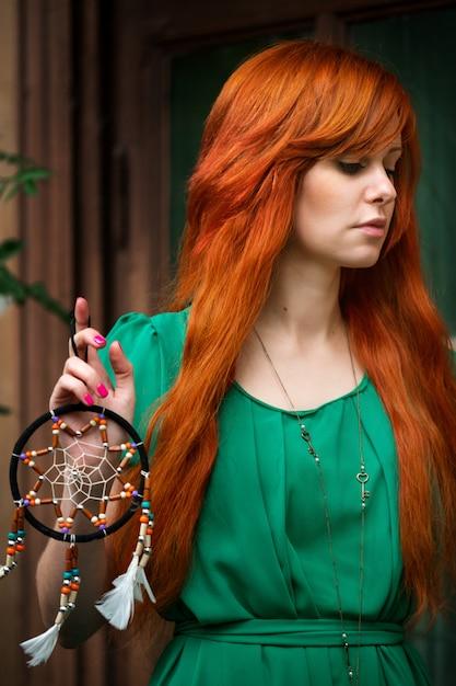 Молодая красивая рыжая женщина позирует Premium Фотографии