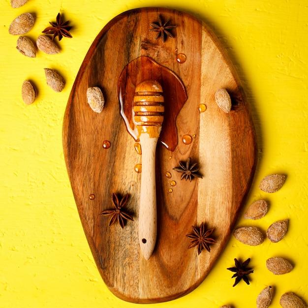 Медовый ковш с орехами и специями Premium Фотографии