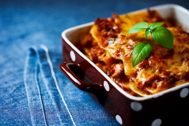 Итальянская еда. лазанья пластины крупным планом. Premium Фотографии