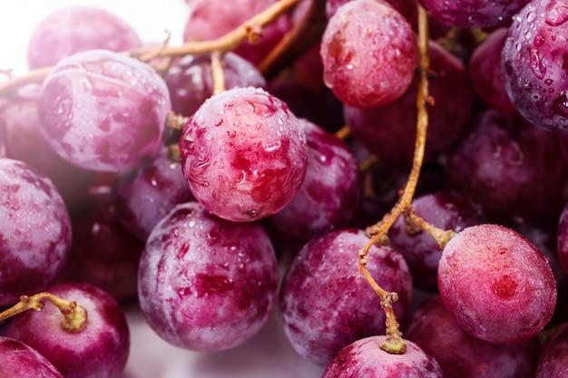 白で赤い熟したブドウ Premium写真