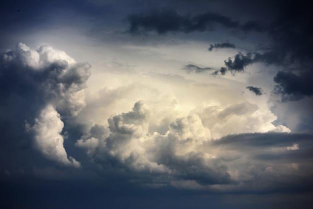 雨の前に嵐の雲と劇的な空 Premium写真