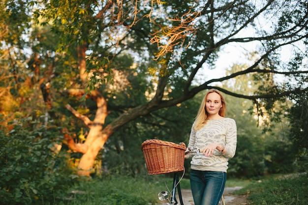 ビンテージ自転車に物思いにふける女性 Premium写真