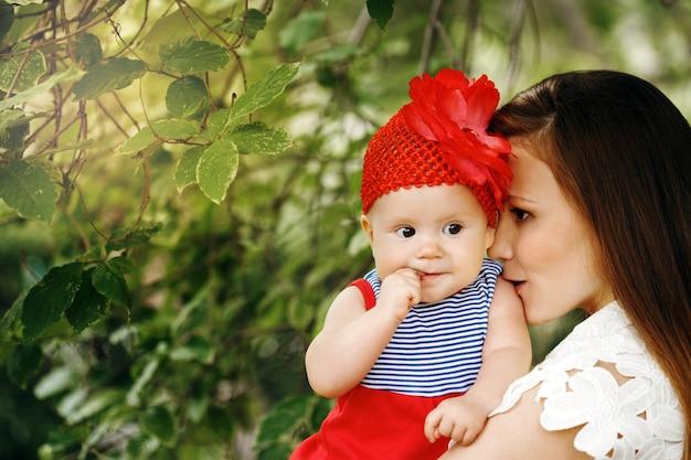 母とかわいい幸せな子 Premium写真