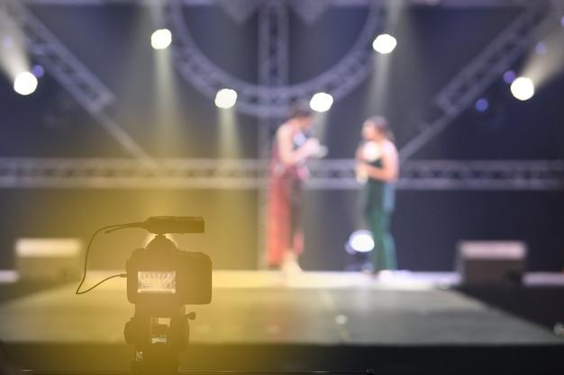 インタビューセッションでのビデオ一眼レフカメラソーシャルメディアネットワークのライブ録画 Premium写真