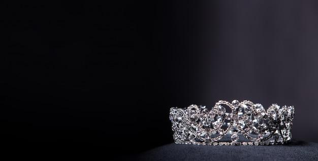 ミスページェント美人コンテストのためのダイヤモンドシルバークラウン Premium写真