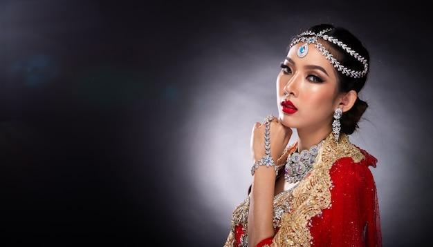 Индийская красавица сталкивается с большими глазами с идеальной свадьбой Premium Фотографии