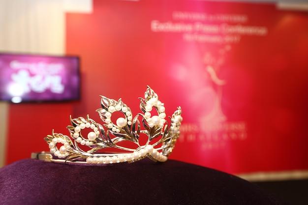 ダイヤモンドシルバークラウンミスページェント美容コンテスト Premium写真