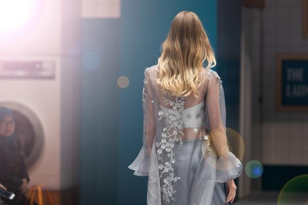 ファッションドレスモデル歩くダークランウェイファッション Premium写真