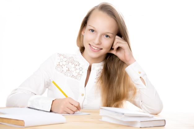 Девочка улыбается с карандашом в руке Бесплатные Фотографии