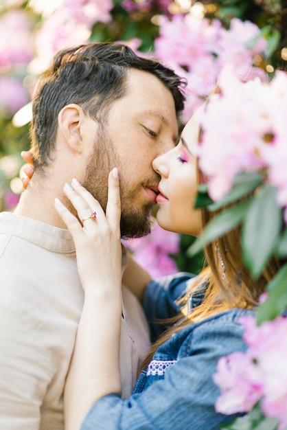 官能的なカップルのキス。ロマンチックな愛の関係。 Premium写真
