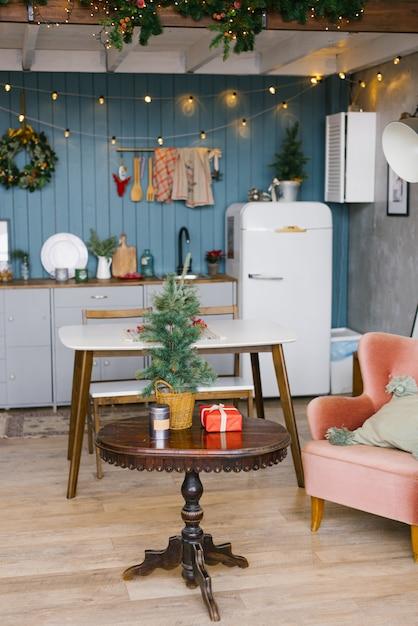クリスマスと新年に装飾されたグレーとブルーの色調のスカンジナビア料理 Premium写真
