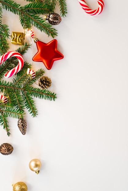 メリークリスマスと幸せな休日のグリーティングカードの背景、フレーム。新年。クリスマスの飾りとおもちゃ、ペパーミントキャンディー、ライト。冬休み。フラット横たわっていた。グリーティングカード Premium写真