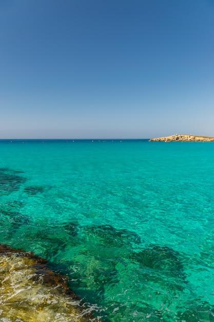 Туристы отдыхают и купаются на одном из самых популярных пляжей на острове. Premium Фотографии