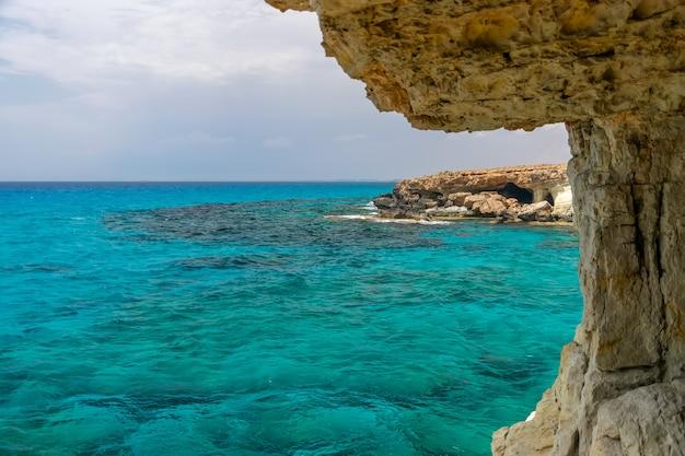 珍しい絵のような洞窟は、地中海沿岸のキプロス、アギアナパにあります。 Premium写真
