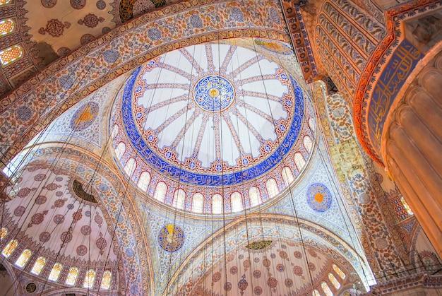 正統派の巡礼者はクリスマス休暇中にアヤソフィアのモスクを訪問しました。 Premium写真