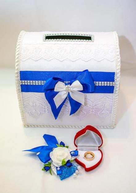 結婚式のために金の指輪が用意されています。 Premium写真