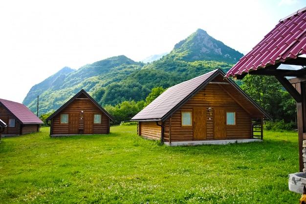 木製の梁を使用した近代的な建設率で Premium写真