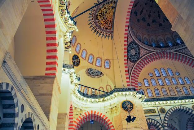 正教会の巡礼者は、クリスマスにアヤソフィアモスクを訪れました。 Premium写真