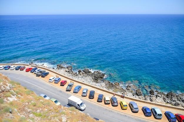 レシムノンのビーチで駐車場 Premium写真