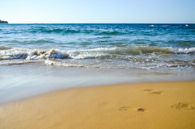 砂に残った足跡。マリア(ギリシャ、クレタ島)のビーチ Premium写真