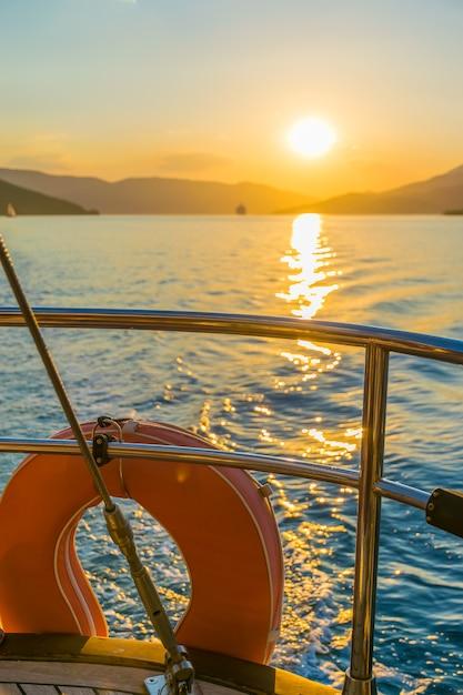 ヨットが動いている間、係留はレールに固定されます。モンテネグロ、アドリア海、日没。 Premium写真
