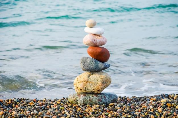 ジョージア州バトゥミの黒海の多色石からのピラミッド。 Premium写真