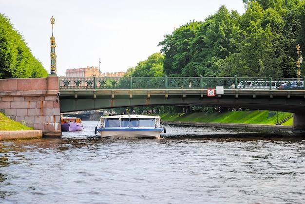 美しいサンクトペテルブルクの曲がりくねった水路 Premium写真