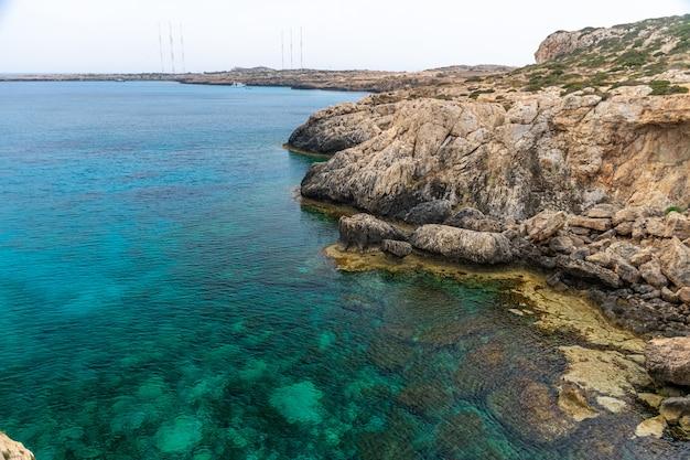 Прозрачная вода вдоль лазурного побережья средиземного моря. Premium Фотографии