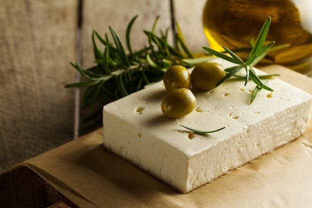 チーズフェタまたはヤギチーズの新鮮なおいしいギリシャ緑のオリーブ。閉じる。地中海料理。 無料写真