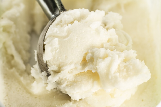 アイスクリームスプーンでおいしい食欲をそそる純粋なバニラクリーミーなアイスクリーム。閉じる。水平のコピースペース。 無料写真