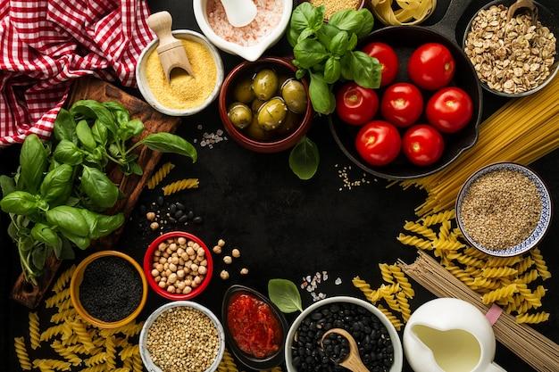 フードの背景料理のための様々なおいしい新鮮な成分を含むフードコンセプト。イタリアの食品成分。上から見た、コピースペース。 Premium写真
