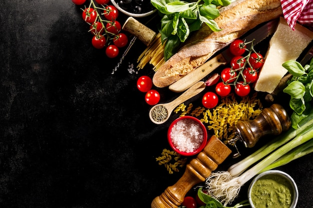暗い背景においしい食欲をそそるイタリア料理の成分。 無料写真