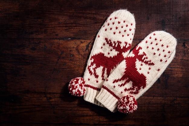 Вязаные теплые перчатки на дереве Бесплатные Фотографии