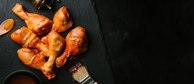 料理のための生のバーベキューチキンを準備する 無料写真