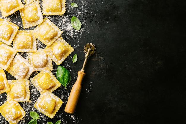 バジルと小麦粉が入った生ラビオリ Premium写真