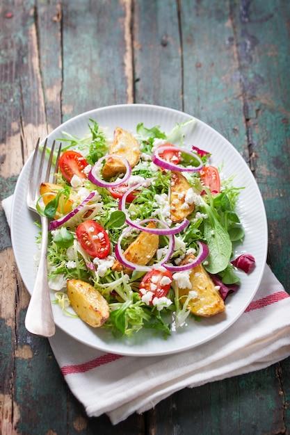 調理されたジャガイモと食欲をそそるサラダ 無料写真