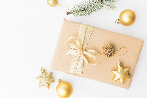 白いクリスマスの金色の装飾 無料写真