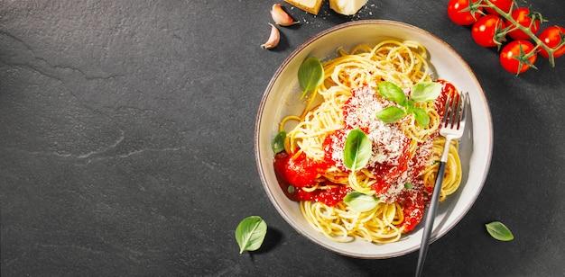 トマトソースとパルメザンのパスタ Premium写真