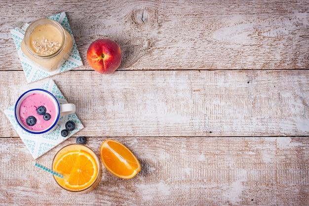 朝食用のさまざまな飲み物のトップビュー 無料写真