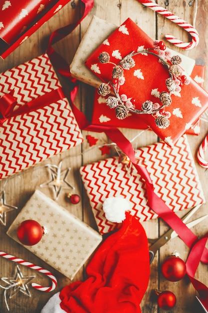 木製のテーブルの上の美しいクリスマスプレゼント 無料写真