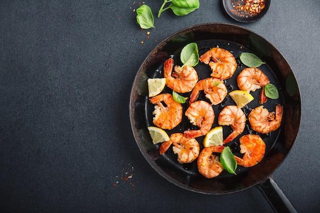 黒鍋にスパイス炒め新鮮なエビ Premium写真