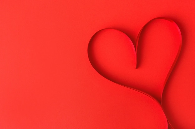 赤のリボンから作られたハート形 無料写真