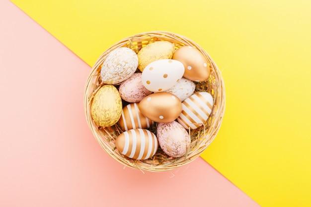 Пасхальная кладка яиц в гнезде Premium Фотографии
