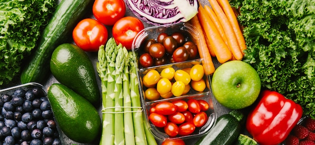 Различные вкусные овощи на грубом фоне Premium Фотографии